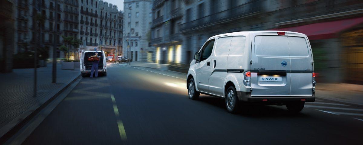 Новият Nissan e-NV200 заснет при шофиране в града през нощта