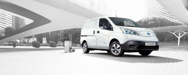 Новият Nissan e-NV200 паркиран в града с ръчна количка отзад