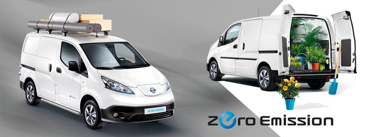 Новият Nissan e-NV200 - композиция 3/4 отпред в ляво с материали на покрива и 3/4 отзад в ляво с отворени задни врати и цветя в товарното отделение