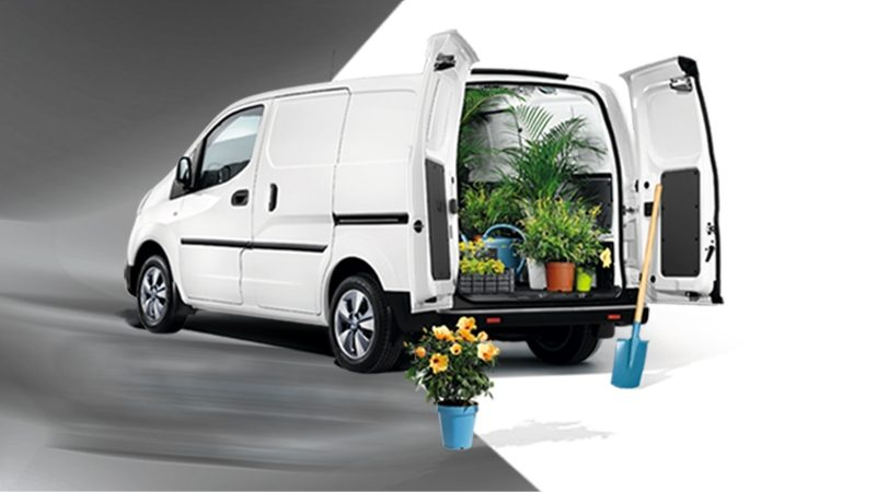 Новият Nissan e-NV300 3/4 отзад с цветя в товарното пространство