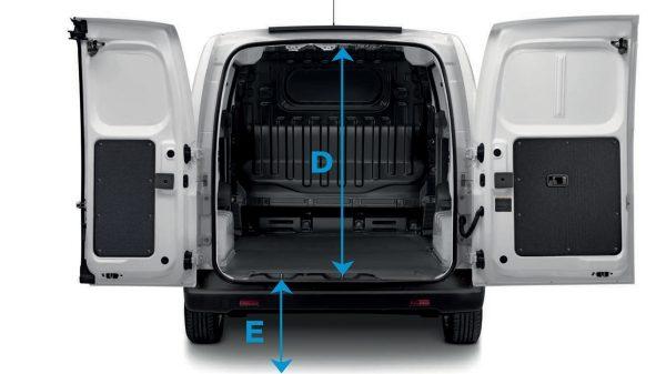 Новият Nissan e-NV200 отзад с отворени задни врати и линии за показване на размерите