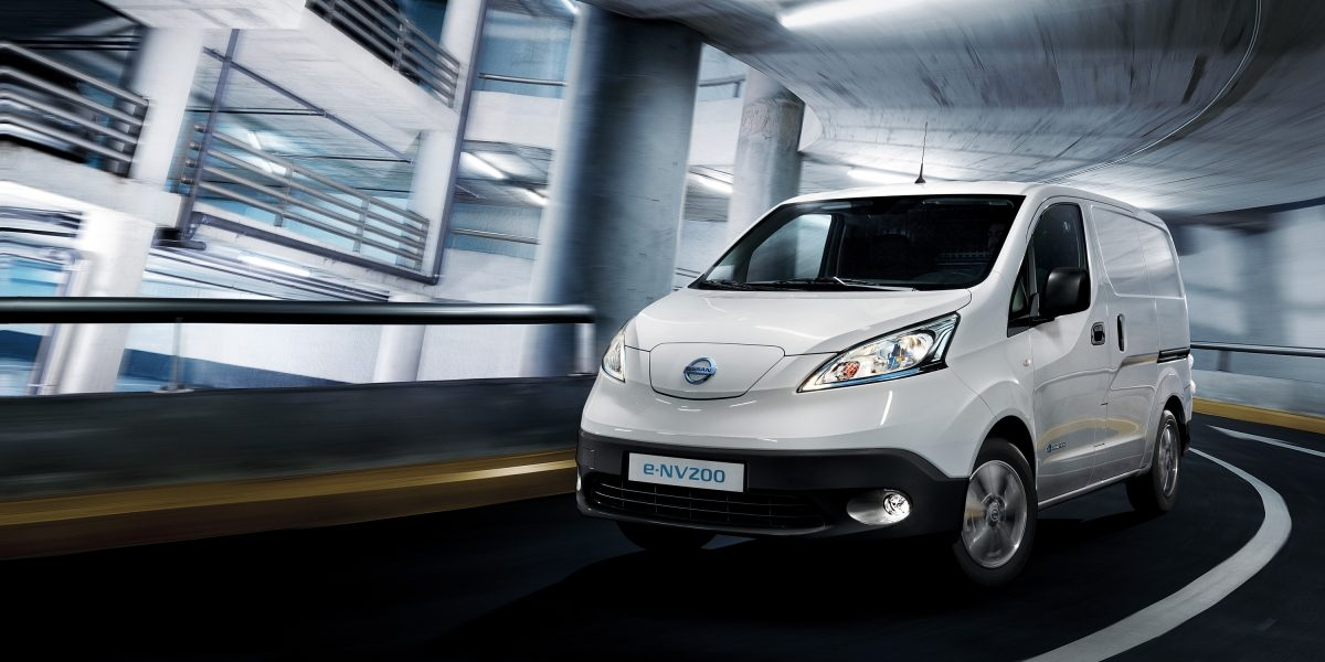 Новият Nissan e-NV200 заснет при движение на паркинг
