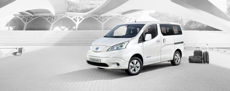 Новият Nissan e-NV200 комби паркиран в града с багаж отзад
