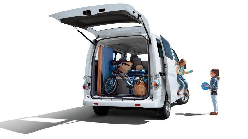 Новият Nissan e-NV200 - композиция 7/8 отзад с отворени задни врати и натоварен багаж
