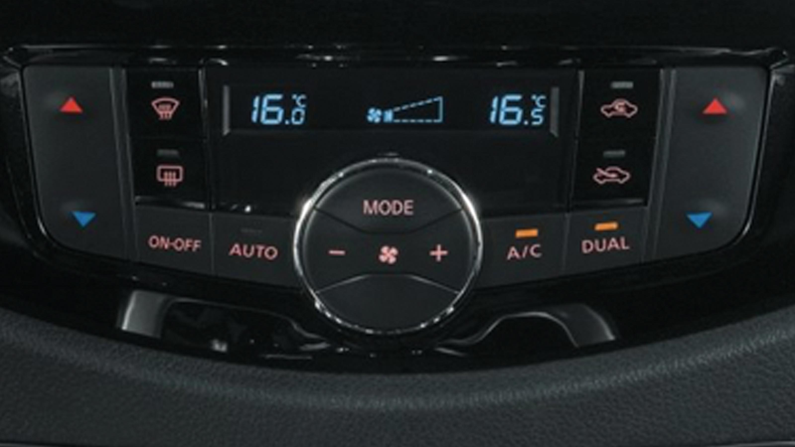 Бутони за климатичен контрол на Nissan Navara в близък план