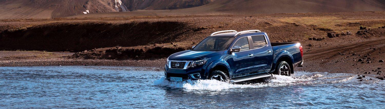 Nissan Navara, минаващ през вода